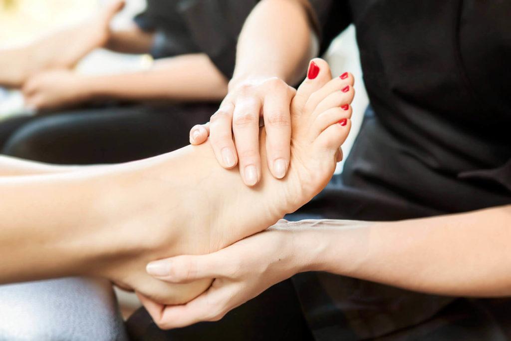 Когда делается массаж ног во время педикюра
