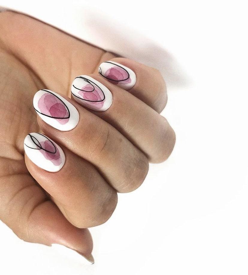 Абстракция на ногтях миндалевидной формы – тренд этого сезона