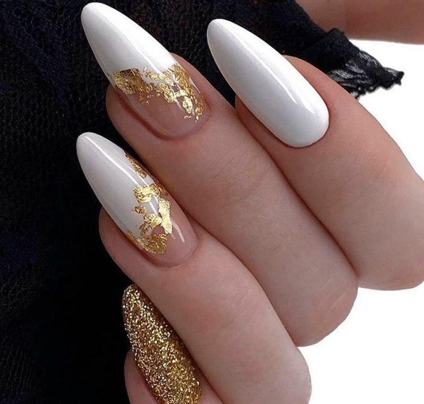 Белый маникюр с золотой фольгой и золотом на миндальной форме ногтей