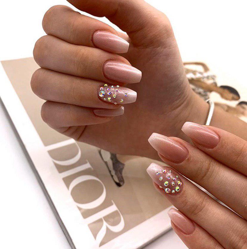 Бежево-белое омбре на ногтях со стразами и глиттером на длинных ногтях форма пуанты