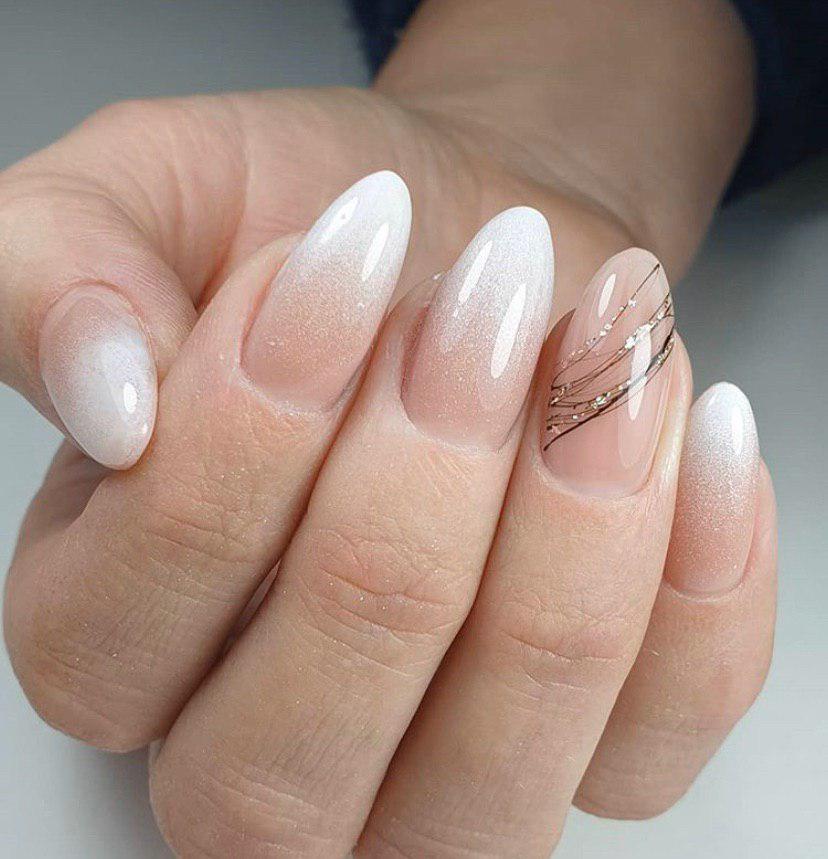 Бежево-белый маникюр омбре на ногтях миндальной формы с блестками и паутинкой
