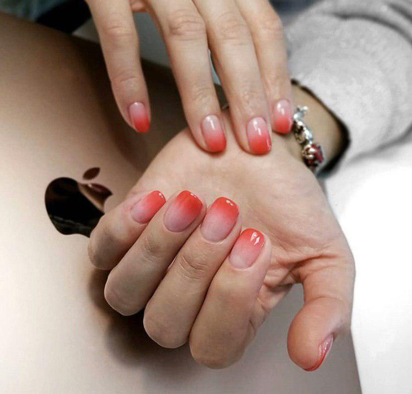 Бежево красное омбре на коротких ногтях