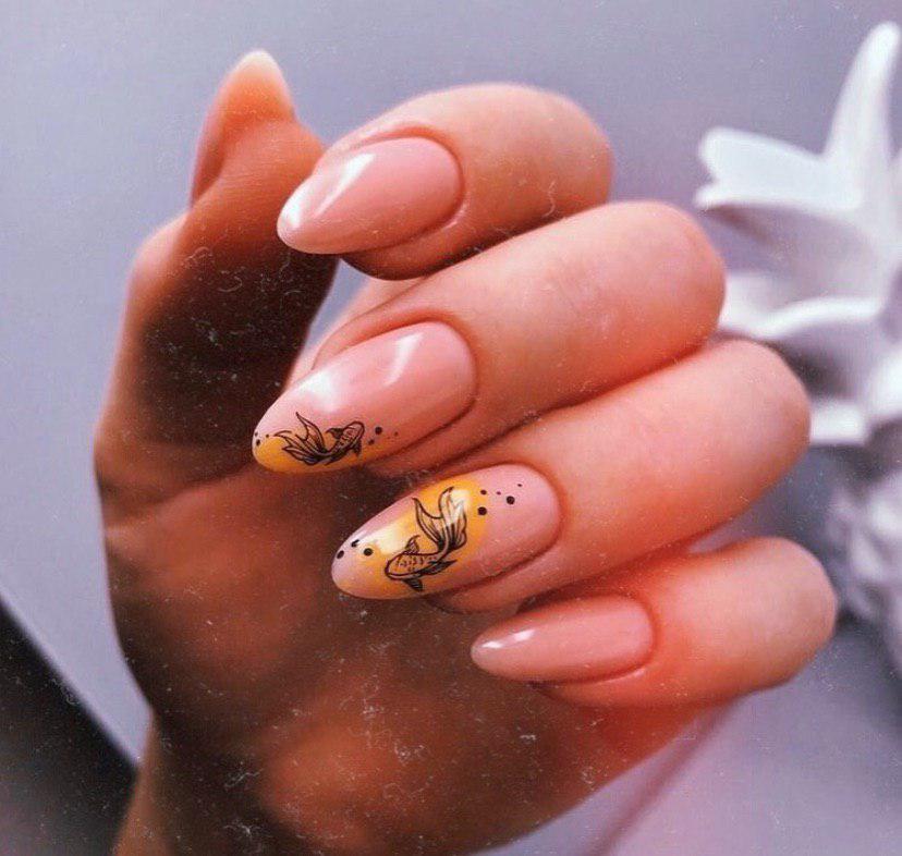 Бежевый маникюр на длинных ногтях миндальной формы с дизайном рыбки стемпинг