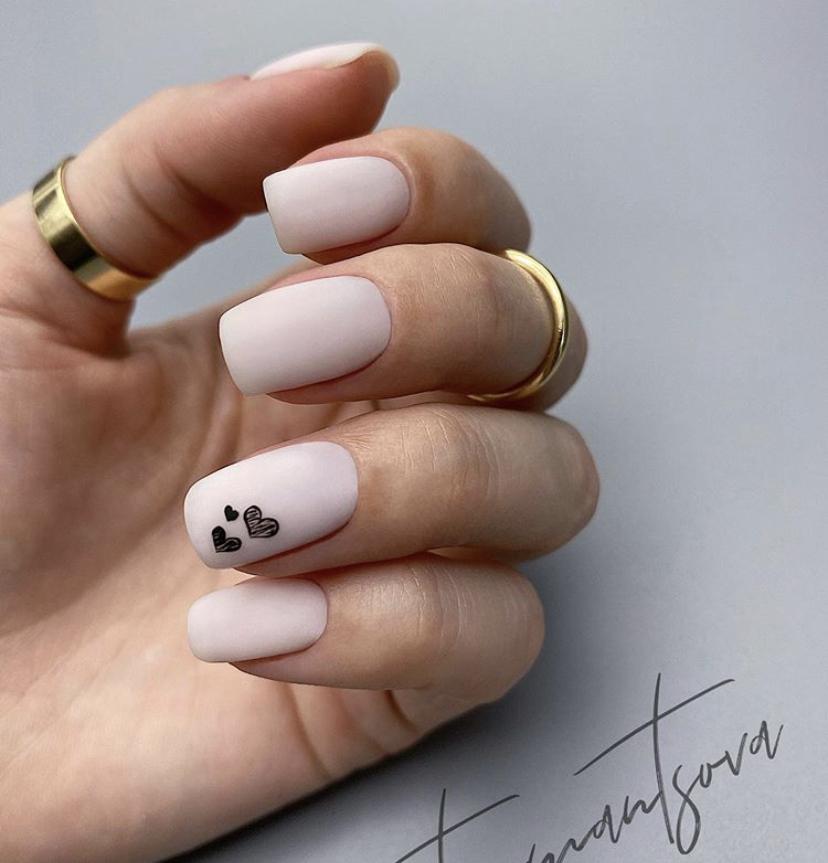Бежевый маникюр на коротких ногтях с милыми сердечками в матовом топе