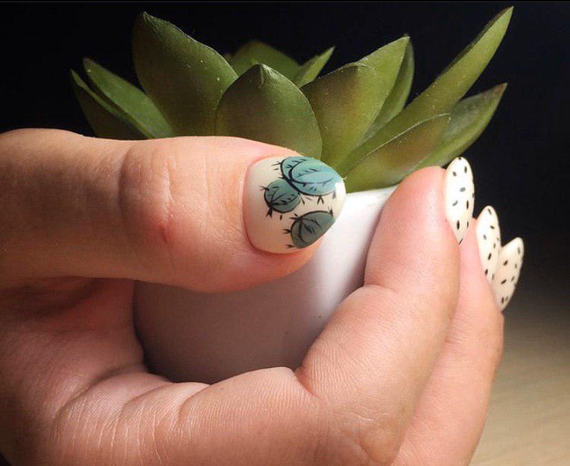 Бежевый маникюр на коротких овальных ногтяхс дизайном кактус