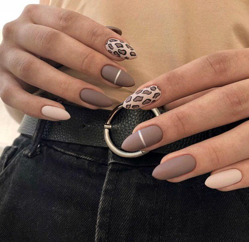 Бежевый маникюр на овальных ногтях с животным принтом и полосками