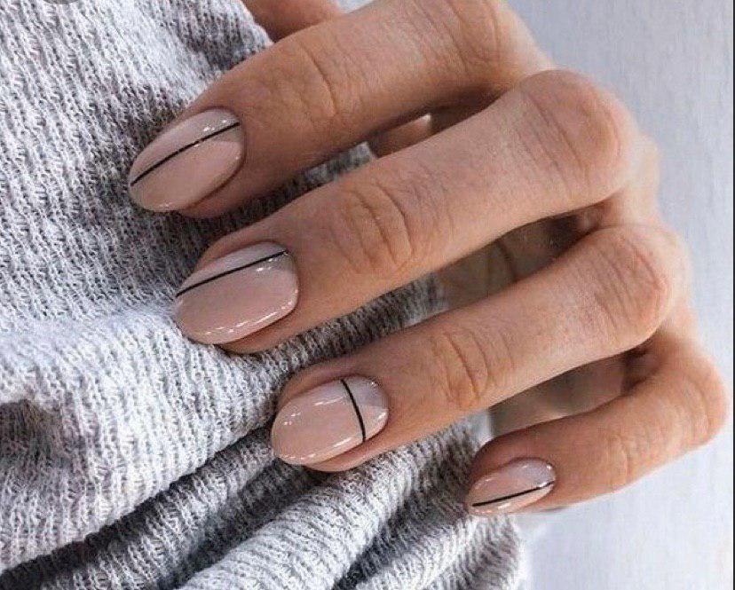 Бежевый маникюр с легкой геометрией на коротких овальных ногтях