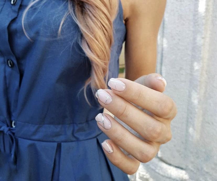 Геометрия на ногтях бежевого цвета с серебристыми полосками