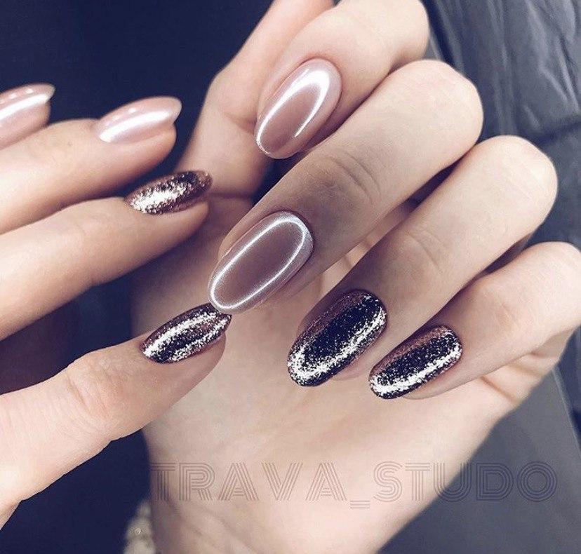 Бежевый маникюр с втиркой и блестками на овальных ногтях