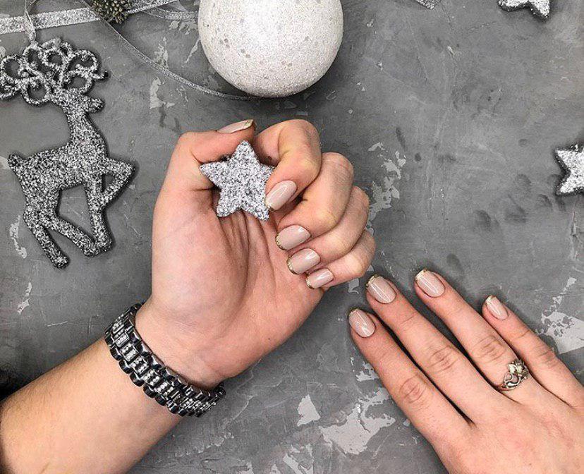 Бежевый маникюр с золотистым френчем на коротких квадратных ногтях на новый год