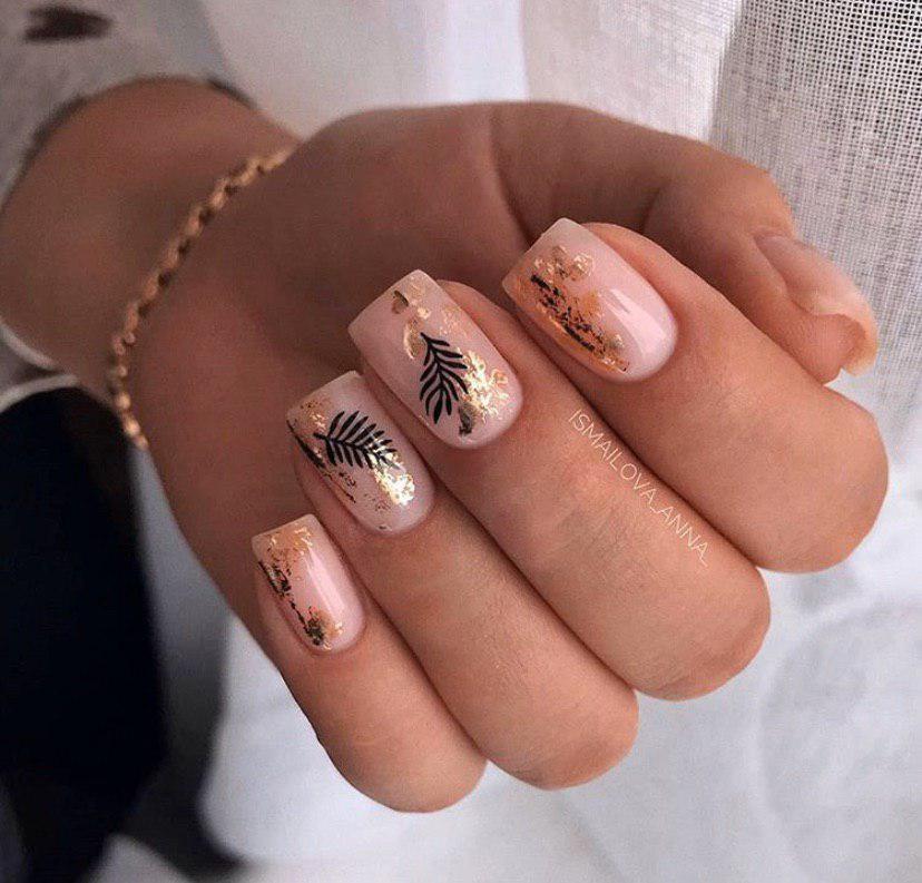 Бежевый маникюр с золотой фольгой и стемпингом на коротких ногтях