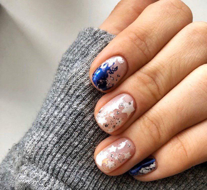 Бежевый маникюр со свездами и синей фольгой на коротких ногтях на зиму 2020