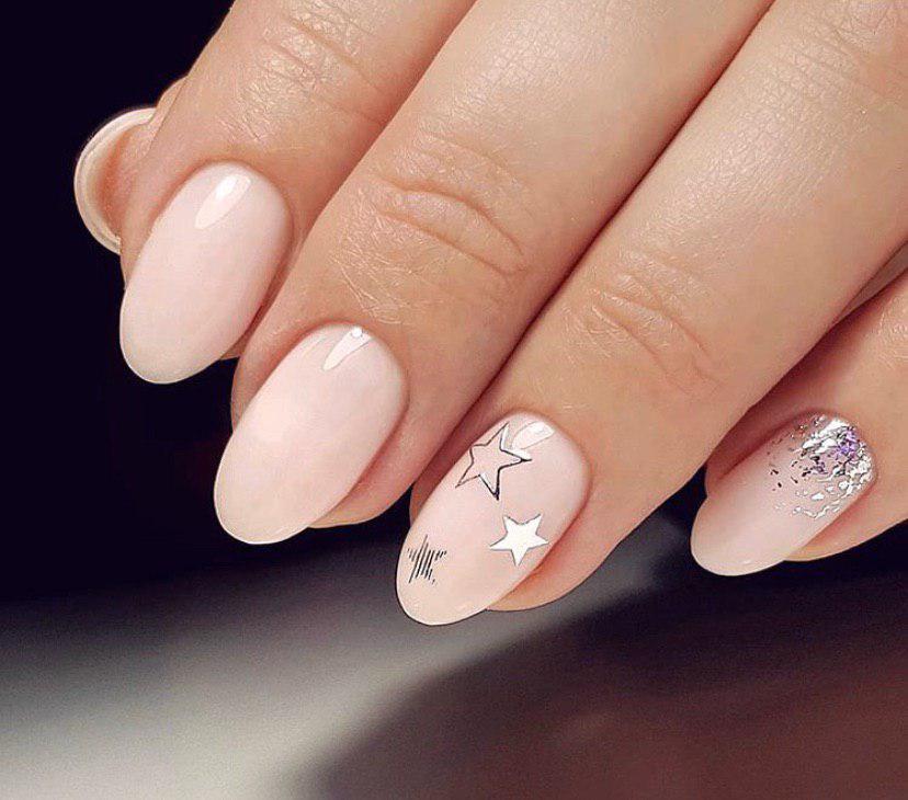 Бежевый маникюр со звездочками и серебром на овальных ногтях