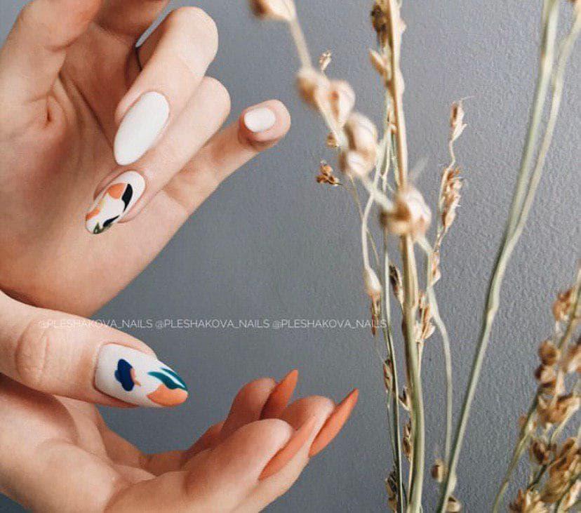 Бежевый манкиюр на миндальной форме ногтей с дизайном 2020