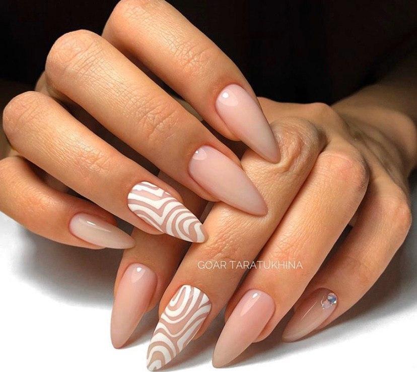Бежевый нюдовый маникюр на овальных ногтях с белым стемпингом