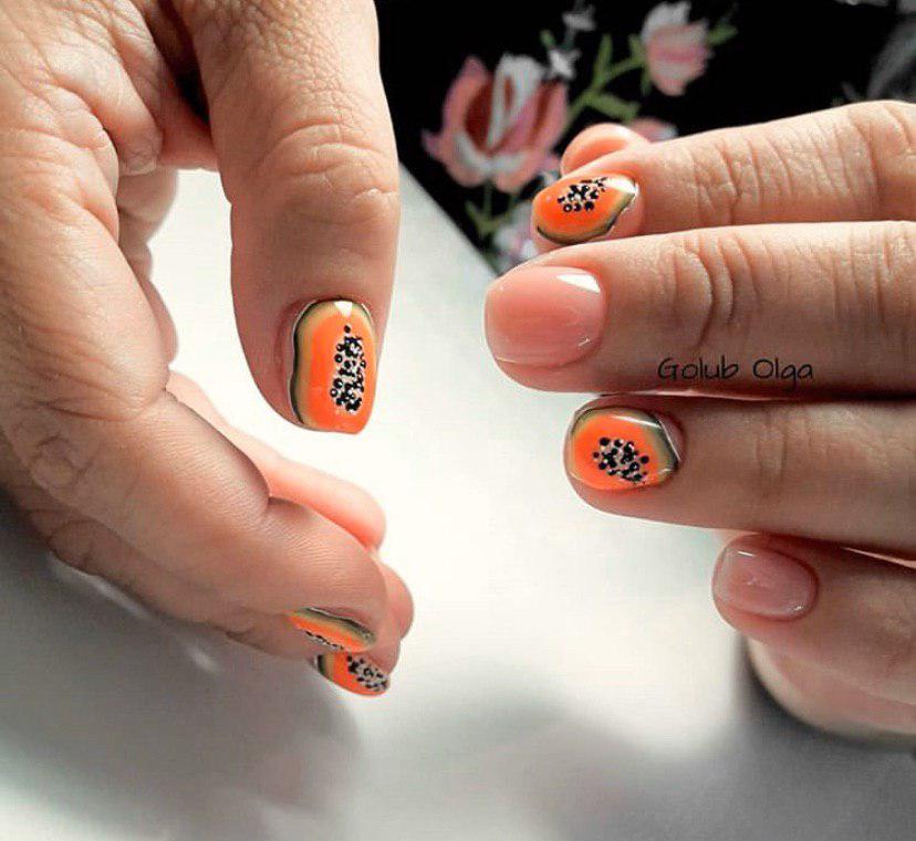 Бежевый нюдовый маникюр с дизайном папая на ногтях