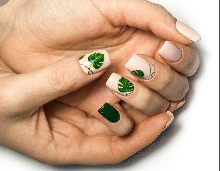 Бежевый с зелеными листьями монстеры маникюр