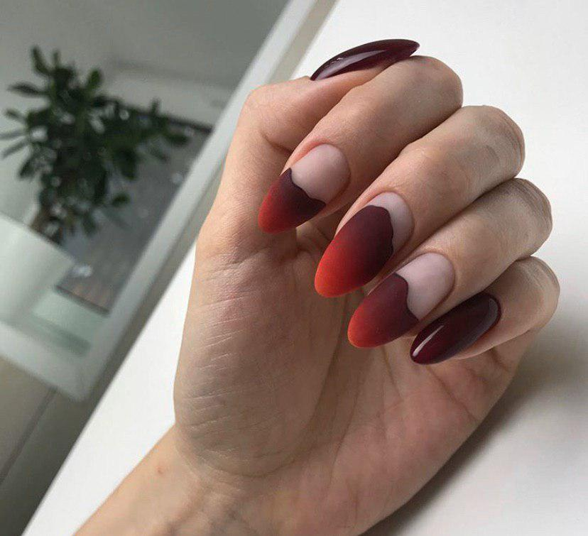 Бордово-оранжевое омбре на овальных ногтях в матовом топе