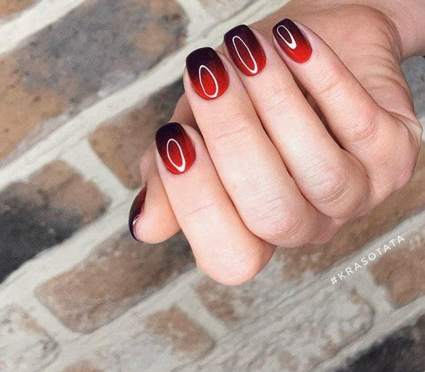 Черног-красное омбре на коротких ногтях