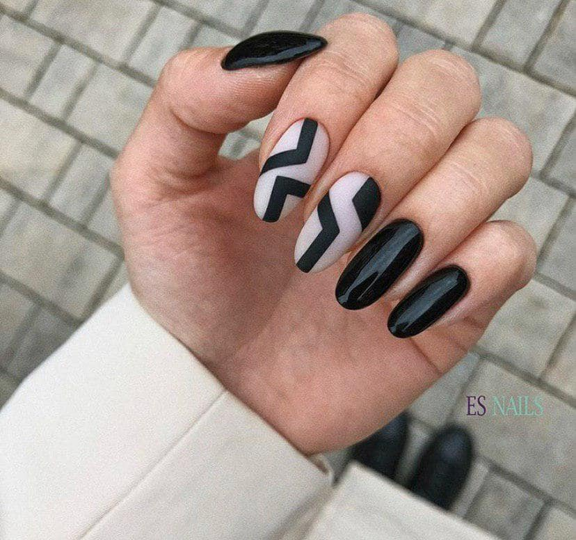 Черный маникюр с геометрией на овальной форме ногтей
