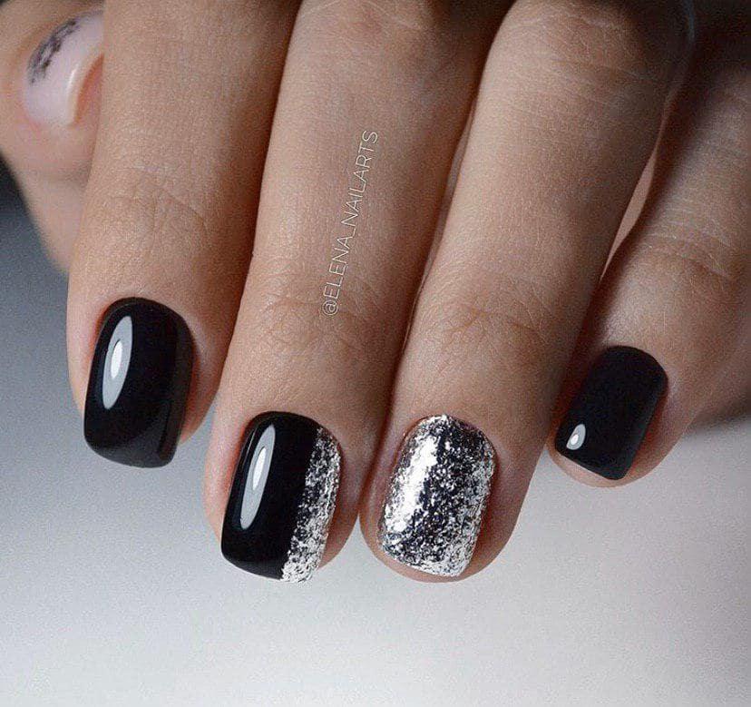 Черный маникюр с серебром на коротких ногтях