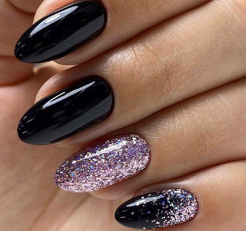 Черный маникюр с сиреневыми блестками на миндальной форме ногтей