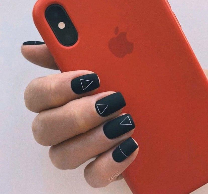 Черный матовый маникюр на квадратных ногтях с геометрией