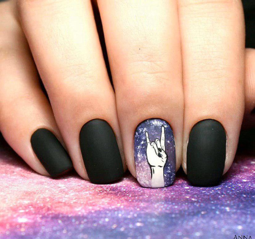 Черный матовый маникюр с космосом на коротких ногтях дизайн на все сезоны