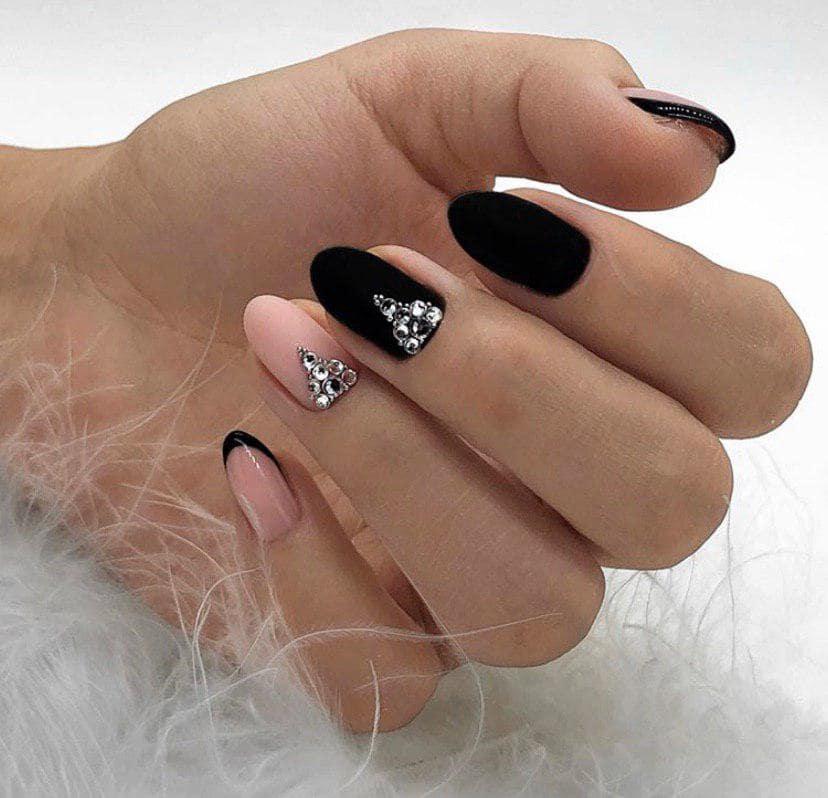 Черный матовый маникюр  сбежевым и со стразами на овальных ногтях
