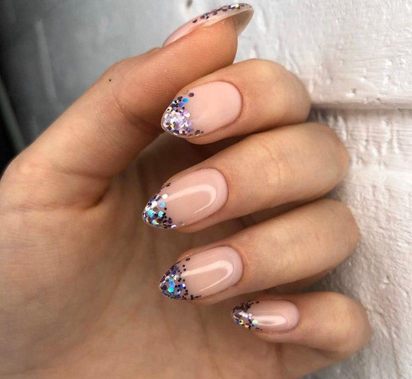 Дизайн ногтей на овальной форме нюдовый тон и крупные блестки
