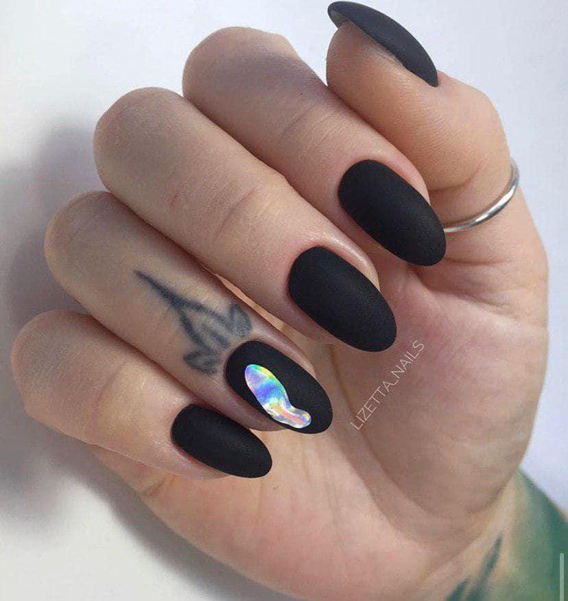 Дизайн ногтей слеза единорога на черном фоне