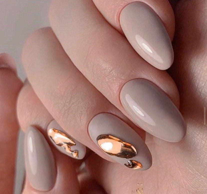 Дизайн ногтей слеза единорога на бежевом фоне
