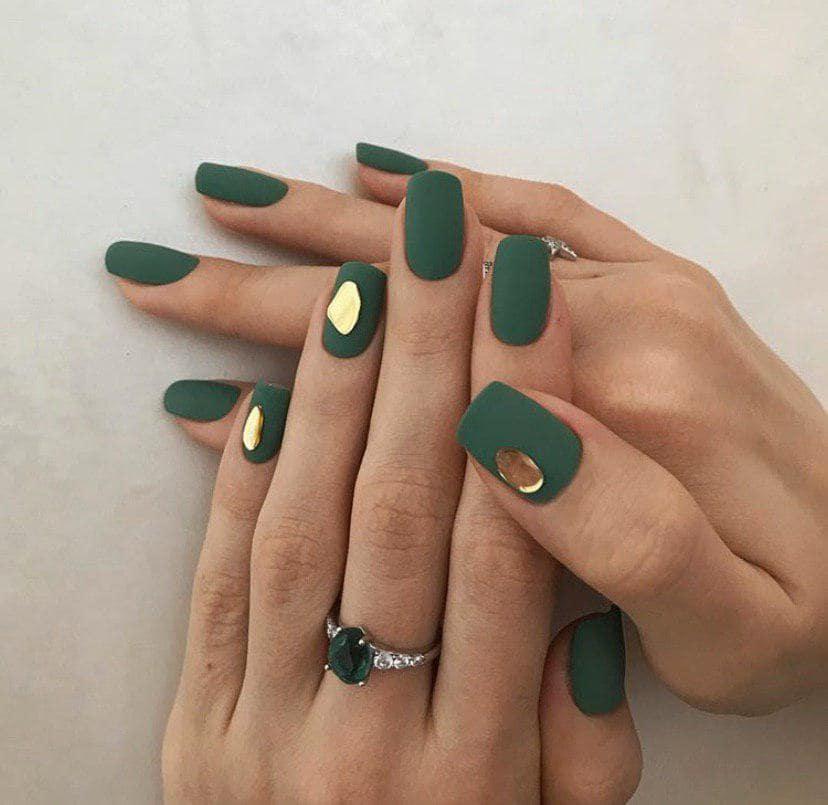 Дизайн ногтей слеза единорога на зеленом фоне