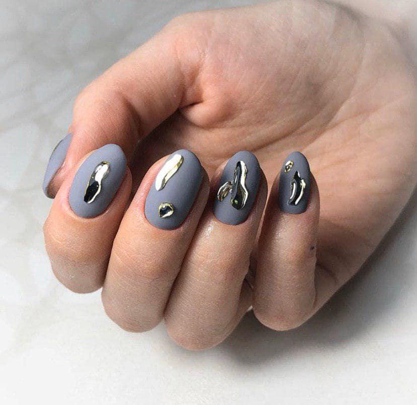 Дизайн ногтей слеза единорога на сером фоне