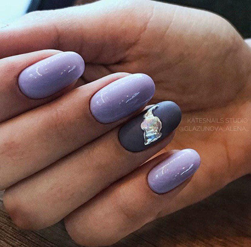 Дизайн ногтей слеза единорога на лилово-сером фоне