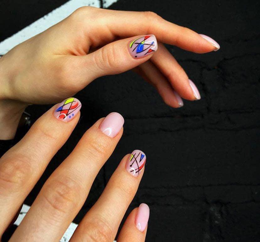 Дизайн ногтей с негативным пространством