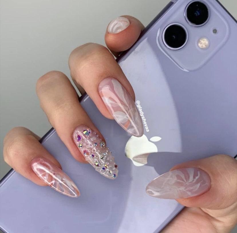 Длинные ногти миндалевидной формы