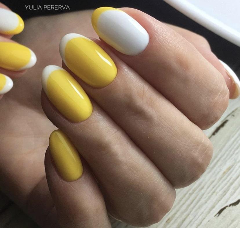 Французский маникюр желтый с белым