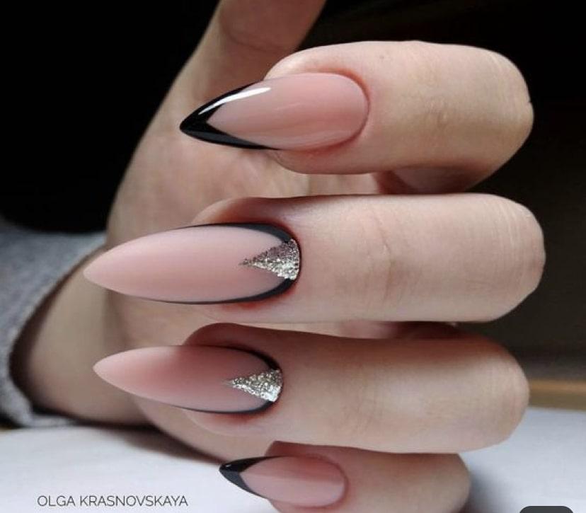 Французский маникюр на миндалевидных ногтях с дизайном весна
