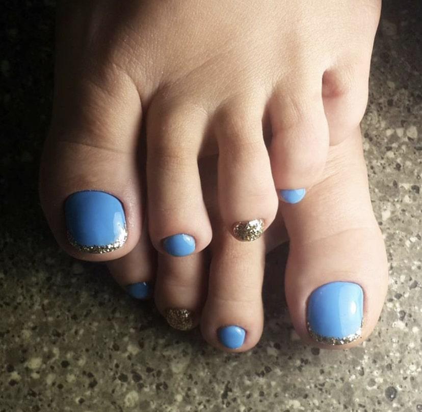 Французский педикюр с голубой основой ногтя и серебристыми краями