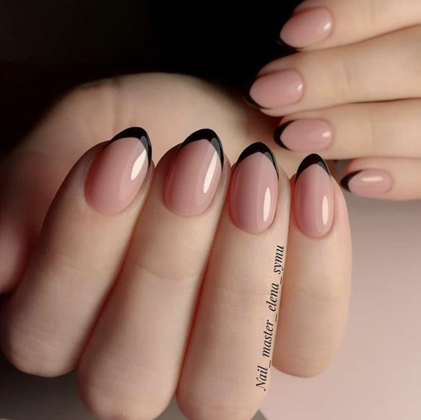 Френч на коротких овальных ногтях