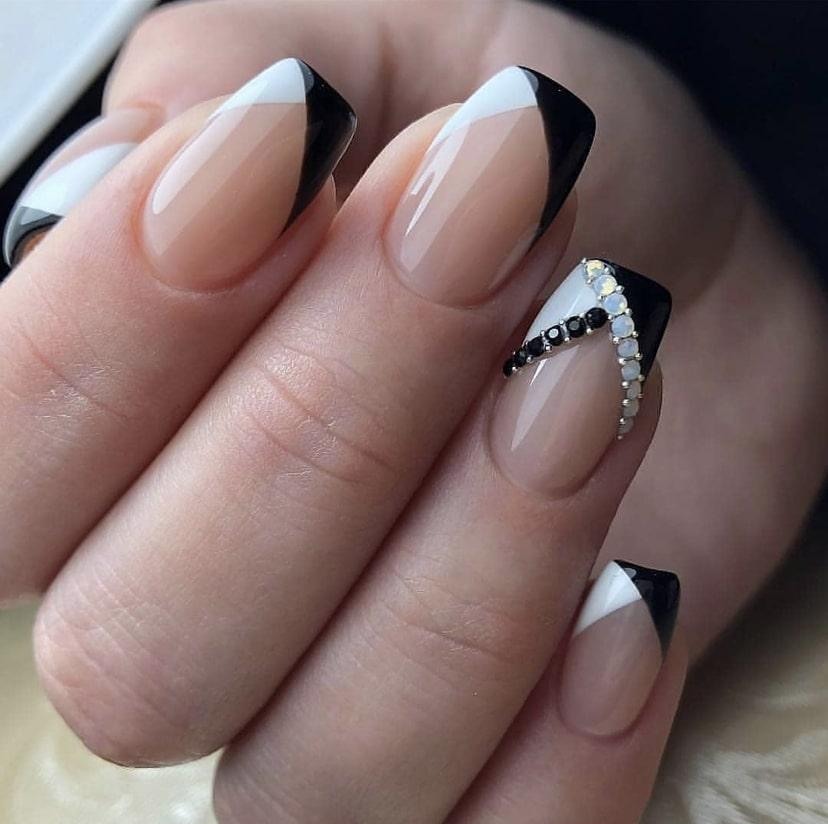 Френч с формой треугольник на короткие ногти