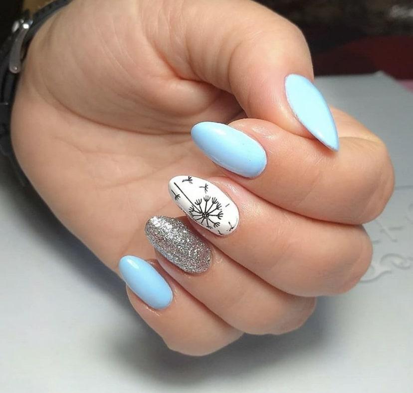 Голубой маникюр с росписью и блестками