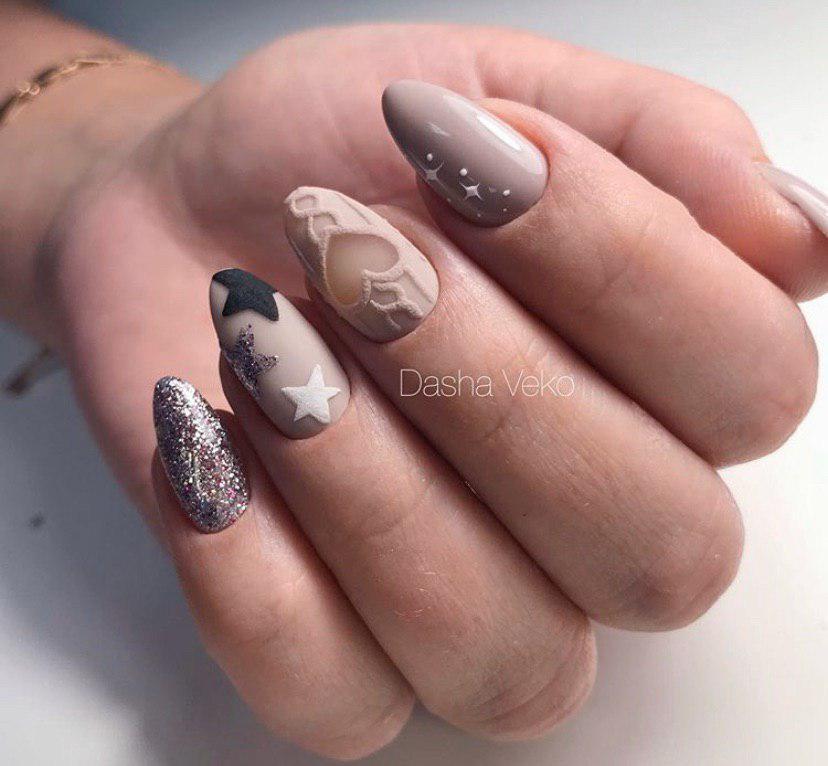 Идея дизайна с выделением одного-двух пальчиков глянцем