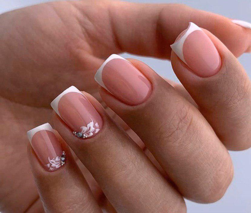 Класический френч на квадратных ногтях с легким дизайном