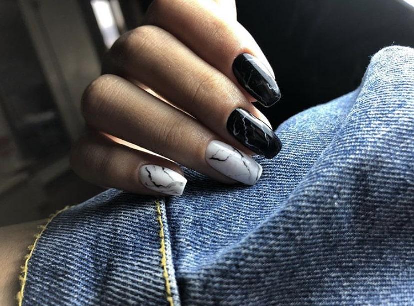 Классический мраморный маникюр белого с черным цветами