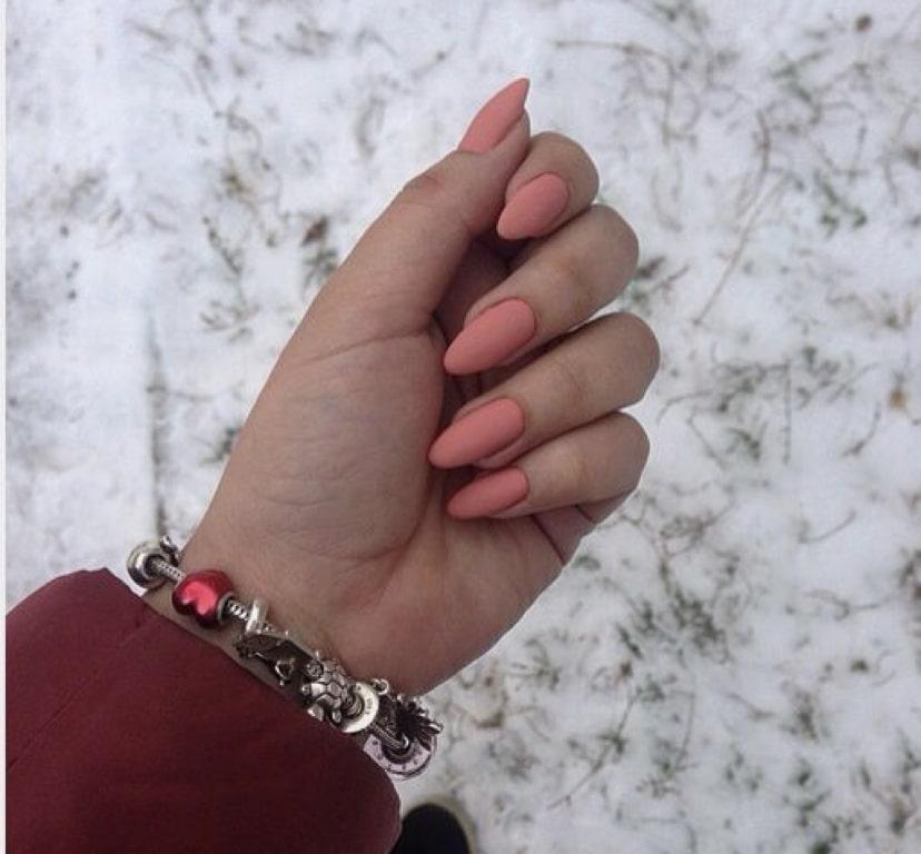 Классический нежный маникюр на миндалевидных ногтях