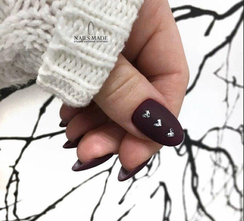 Коричневый матовый маникюр с снрдечками на овальной форме ногтей маникюр на зиму