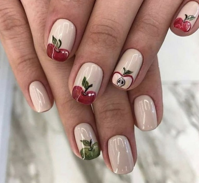Короткие ногти, украшенные фруктовыми рисунками