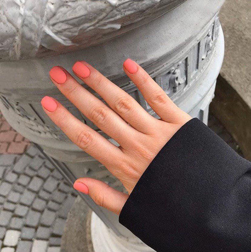 Матовый корраловый маникюр на коротких ногтях
